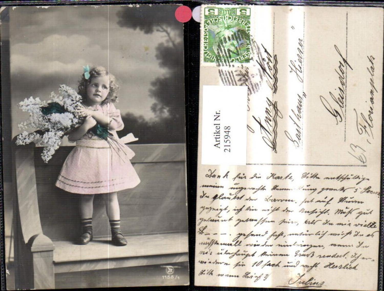 215948,Mädchen m. Schleife i. Haar Blumen Strauß steht a. Bank  günstig online kaufen