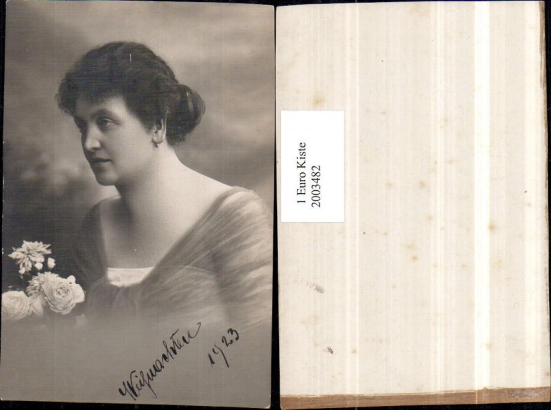 2003482,Weihnachten Frau m. Ohrringe Blumenstrauß Portrait günstig online kaufen