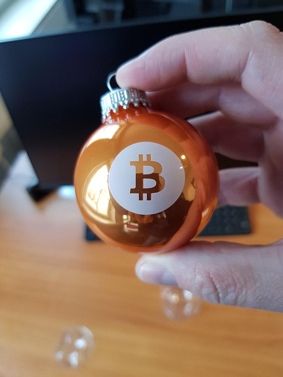 Bitcoin Weihnachtskugeln in Orange mit Bitcoin Logo