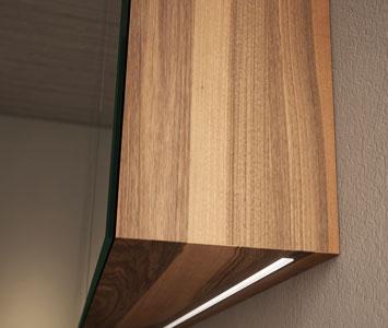 Spiegelschrank mit Holzkorpus