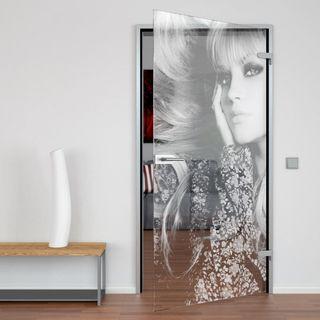 Glastür blonde Frau – Bild 1