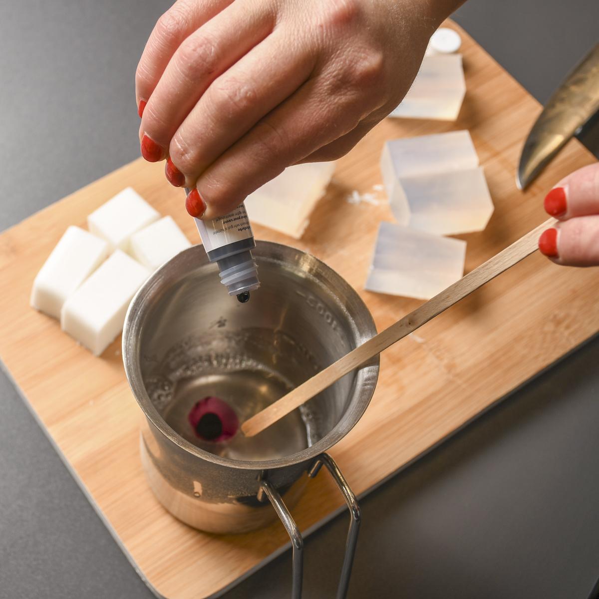 Flüssige Seifenbasis mit Seifenfarbe einfärben und ggf. Duftöle unterrühren.