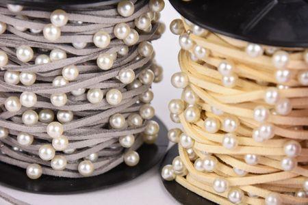 Wildlederimitatband mit Perlen Perlenband grau Band Breite: 2mm Perle Breite: 6mm – Bild 1