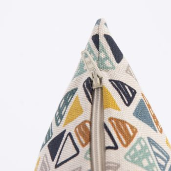 SCHÖNER LEBEN. Kissenhülle Dreiecke in Reihen beige petrol ocker schwarz 50x50cm – Bild 5