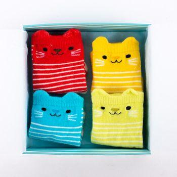 Baby Söckchen Katze Cookie 4er Set in Geschenkbox grün blau rot braun 13,5x13,5cm – Bild 1