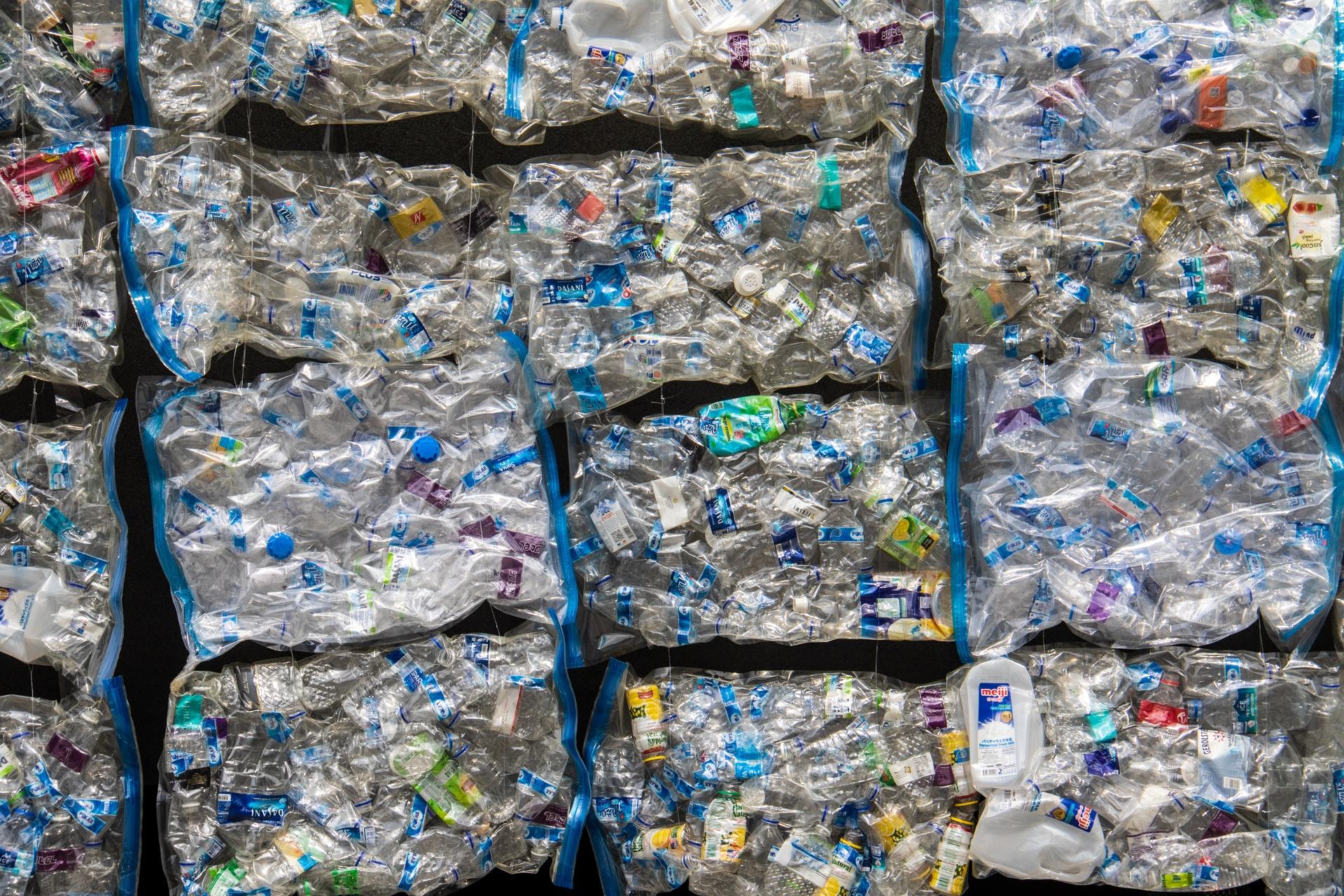 Plastikflaschen (Bild von Nick Fewings)