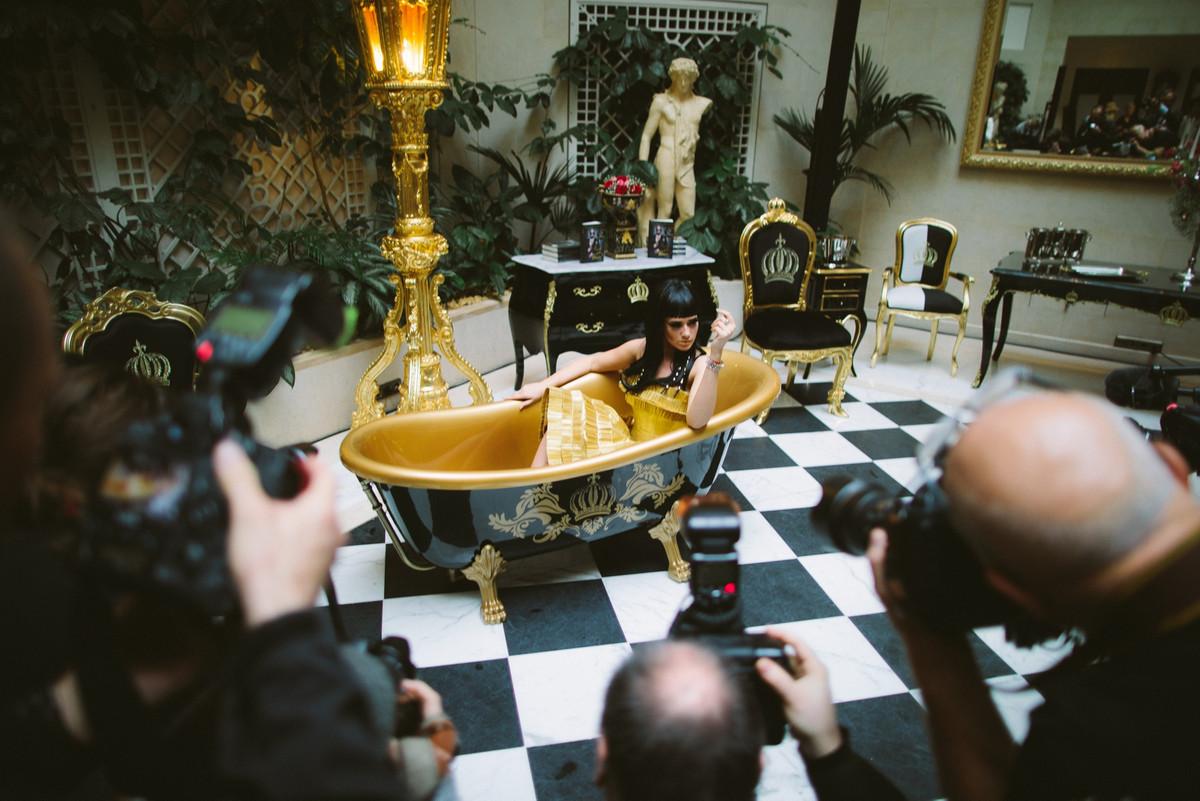 Pompöös by Casa Padrino Luxus Badewanne Deluxe freistehend von Harald Glööckler Weiß / Gold / Weiß 1695mm mit goldfarbenen Löwenfüssen 3
