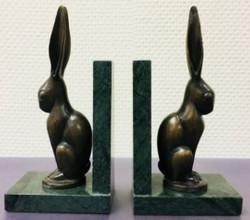 Casa Padrino Luxus Buchstützen 2er Set Bronze Hasen 9 x 13 x H. 24 cm - Deko Bronzefiguren mit Marmorsockel