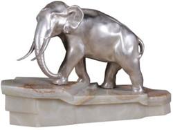Casa Padrino Luxus Bronzefigur Elefant auf Marmorsockel Silber / Weiß 44 x 19 x H. 30 cm - Luxus Qualität