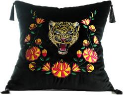 Casa Padrino Luxus Deko Kissen mit Troddeln Tiger Schwarz / Mehrfarbig 45 x 45 cm - Feinster Samtstoff - Luxus Qualität
