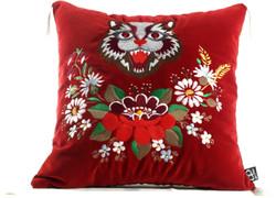 Casa Padrino Luxus Deko Kissen mit Troddeln Cat Rot / Mehrfarbig 45 x 45 cm - Feinster Samtstoff - Wohnzimmer Kissen