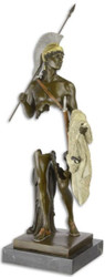 Casa Padrino Luxus Bronze Skulptur Römer mit goldenem Fleece Bronze / Gold / Schwarz 16,2 x 16 x H. 44,6 cm - Bronzefigur mit Marmorsockel - Deko Accessoires