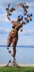 Casa Padrino Designer Gartendeko Skulptur Frau Rostfarben 137 x 110 x H. 255 cm - Riesige Gartenfigur - Luxus Garten Dekoration
