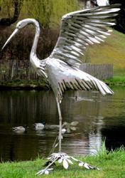 Casa Padrino Gartendeko Skulptur Reiher Vogel Silber 70 x 105 x H. 110 cm - Elegante Gartendeko Figur - Wetterbeständige Gartenfigur