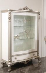 Casa Padrino Luxus Barock Vitrine Weiß / Silber 124 x 54 x H. 198 cm - Edler Massivholz Vitrinenschrank mit 2 Glastüren und Schublade - Barock Möbel