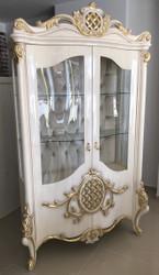 Casa Padrino Luxus Barock Vitrine Weiß / Gold 130 x 50 x H. 222 cm - Prunkvoller Vitrinenschrank mit 2 Glastüren und 2 Glasregalen - Barock Möbel