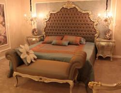 Casa Padrino Luxus Barock Schlafzimmer Set Braun / Silber / Gold - 1 Doppelbett mit Kopfteil & 2 Nachttische & 1 Sitzbank - Barock Schlafzimmer Möbel - Edel & Prunkvoll