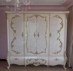 Casa Padrino Luxus Barock Schlafzimmerschrank Weiß / Creme / Gold 320 x 70 x H. 250 cm - Edler Massivholz Kleiderschrank - Schlafzimmer Möbel im Barockstil - Luxus Qualität