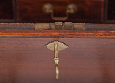 A rare and small Bureau Cabinet, Mahohany, George IV,England ca. 1830 – Bild 7