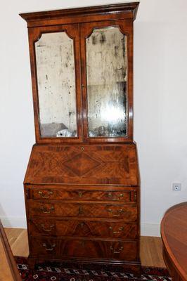 Queen Anne Style Bureau-Cabinet, Walnut, George III – Bild 1