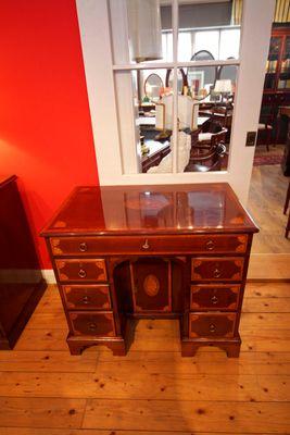 Inlaid Kneehole Desk, George III, Mahogany – Bild 1