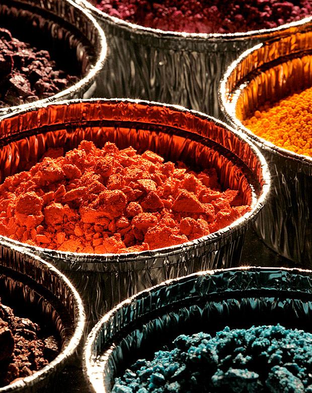 Verschieden farbige Pulver in Alu Schüsseln.