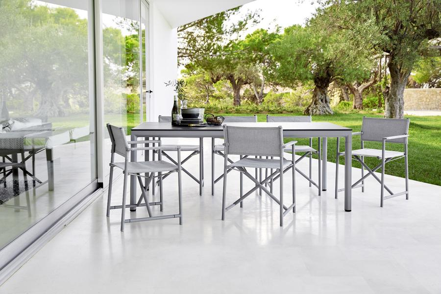 Cane-line Esstisch und Stühle auf einer Terrasse mit Sonnenschein