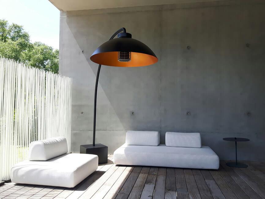 Eine Terrasse mit Gartenmöbeln und einem Heizstrahler