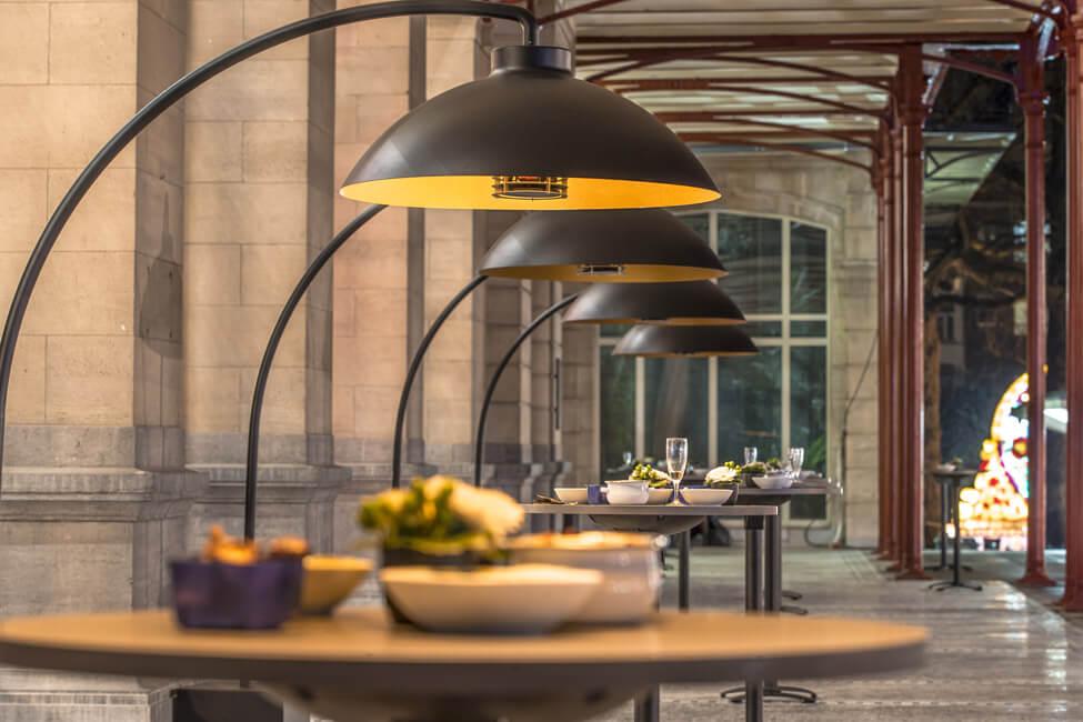 Eine Terrasse einer Gastronomie mit Stehtischen und Heizstrahlern