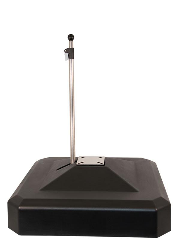 Ein schwarzer quadratischer Sonnenschirmständer aus Kunststoff
