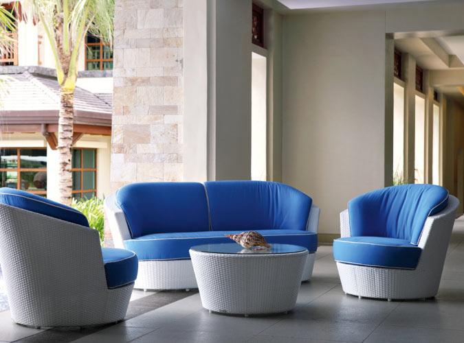 Eine blaue Sitzecke unter einem Vordach
