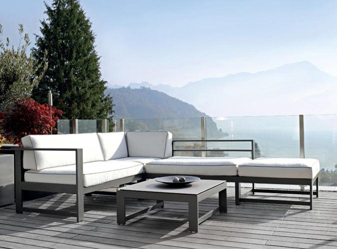 Eine Outdoor-Lounge auf einer hochparterren Terrasse mit Blick in die Landschaft