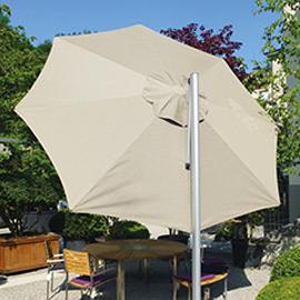 Ein beiger Sonnenschirm im Garten
