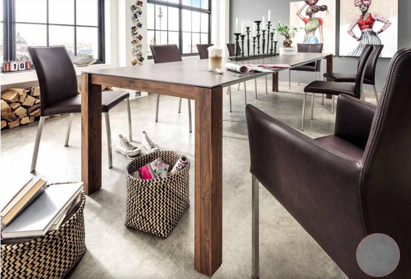Ein Esszimmer mit braunen Stühlen und einem Holztisch