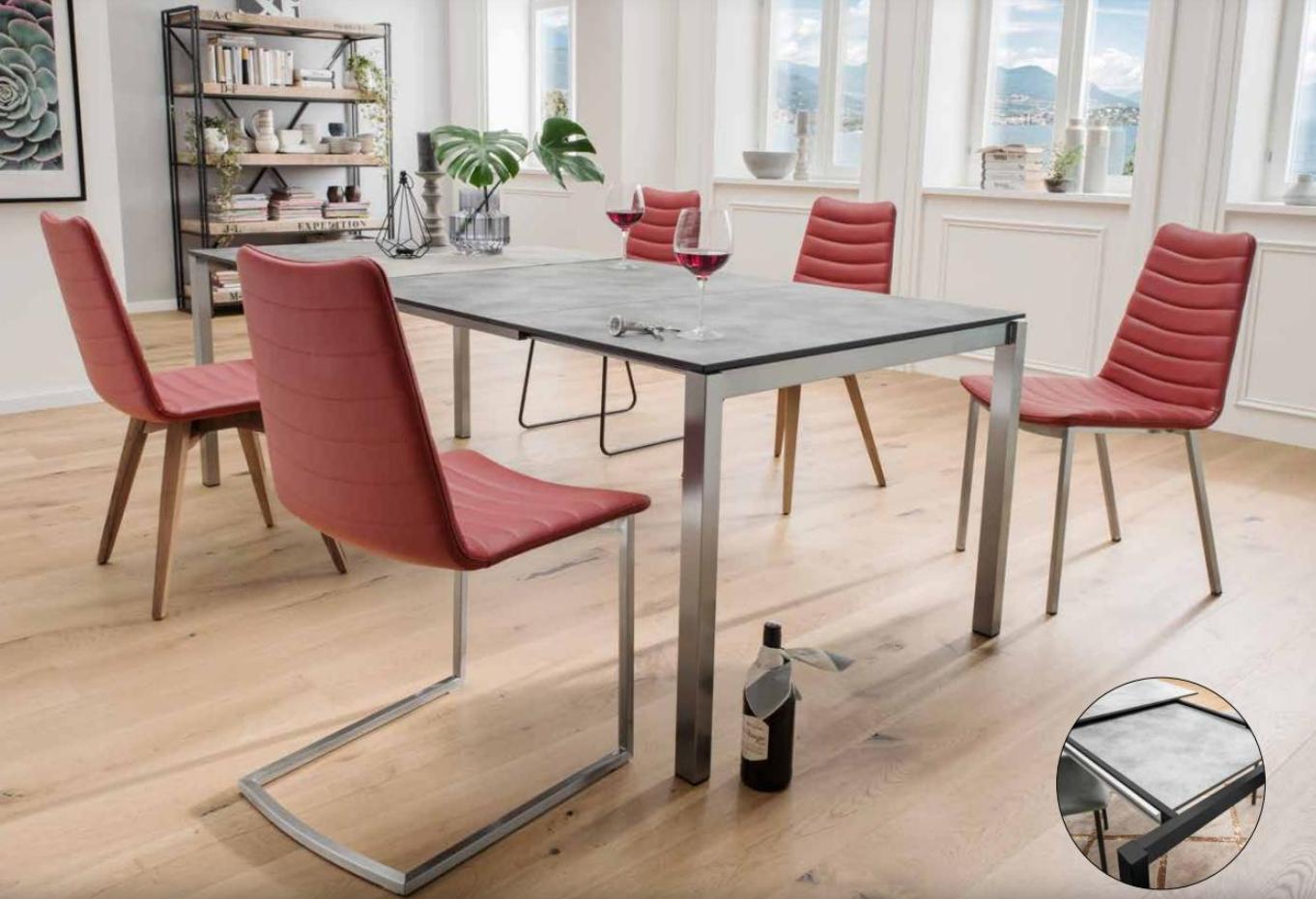 Ein Esszimmer mit roten Stühlen und einer Flasche auf dem Boden