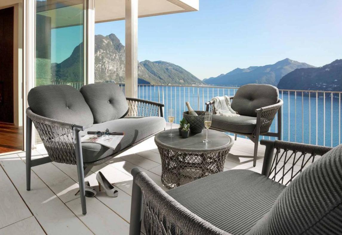 Ein Balkon mit einer gemütlichen Sitzecke und Blick aufs Meer