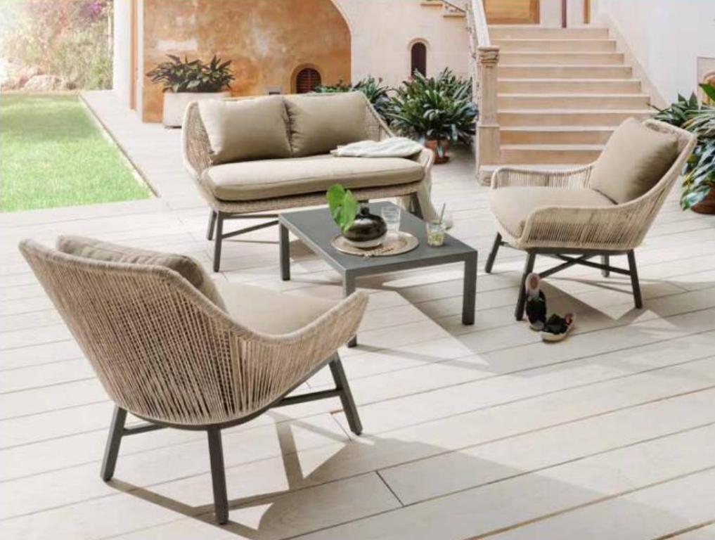 Eine Terrasse mit einer gemütlichen Sitzecke