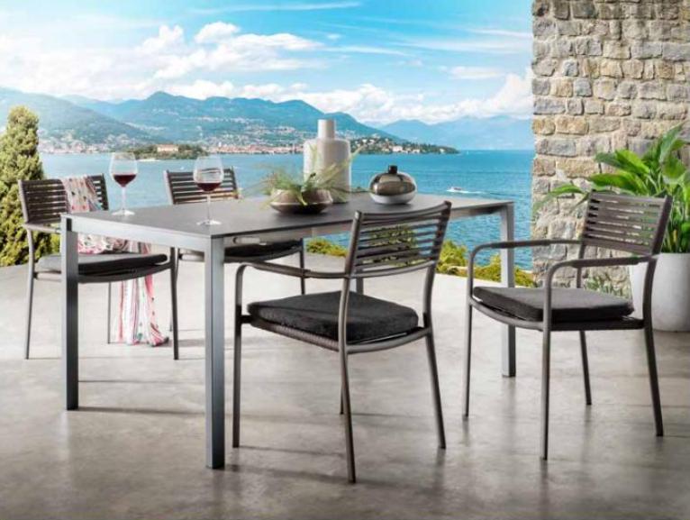 Eine Terrasse mit Gartenmöbeln und Blick aufs Meer