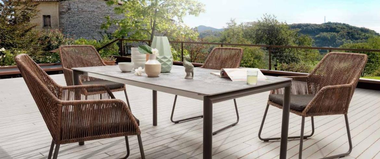Eine Terrasse mit Gartenmöbeln und Blick ins Grüne