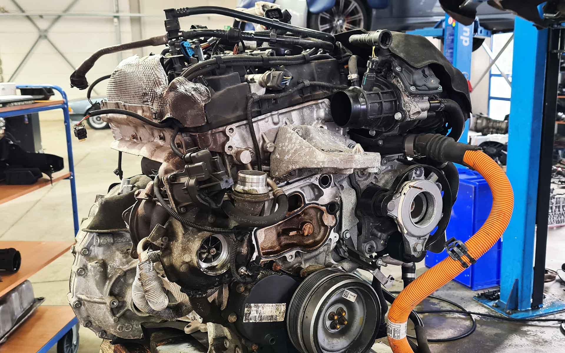 Der ausgebaute B38K15T0 Motor des BMW i8