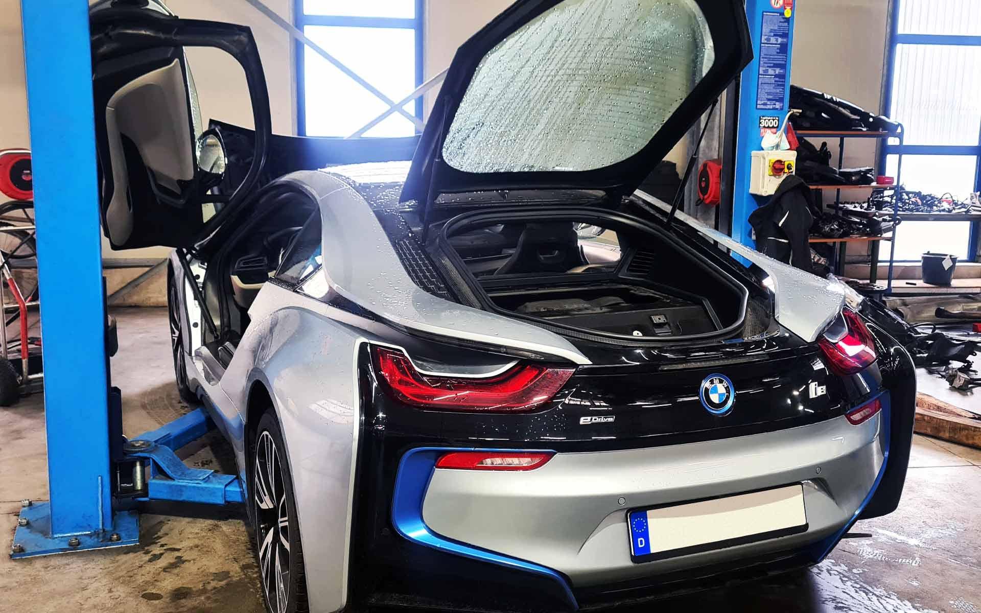 Der Verbrennungsmotor sitzt beim BMW i8 im Heck