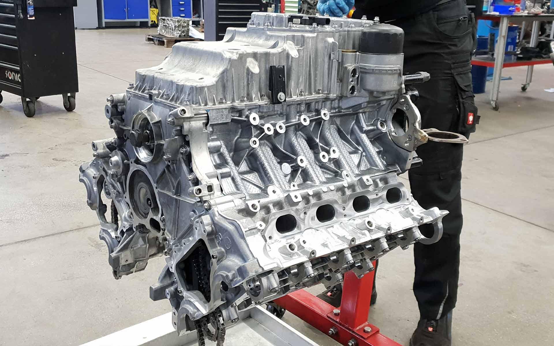 Der N63 Motor bei der Montage