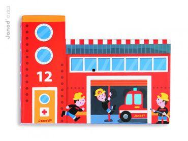 Janod Story-Box Feuerwehr im Formkarton 15 teilig Spielset mit Holzzubehör 08522 – Bild 3
