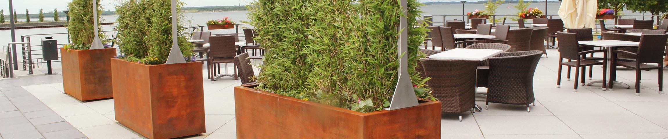 Zeitlos schön: Pflanzkübel aus Cortenstahl.