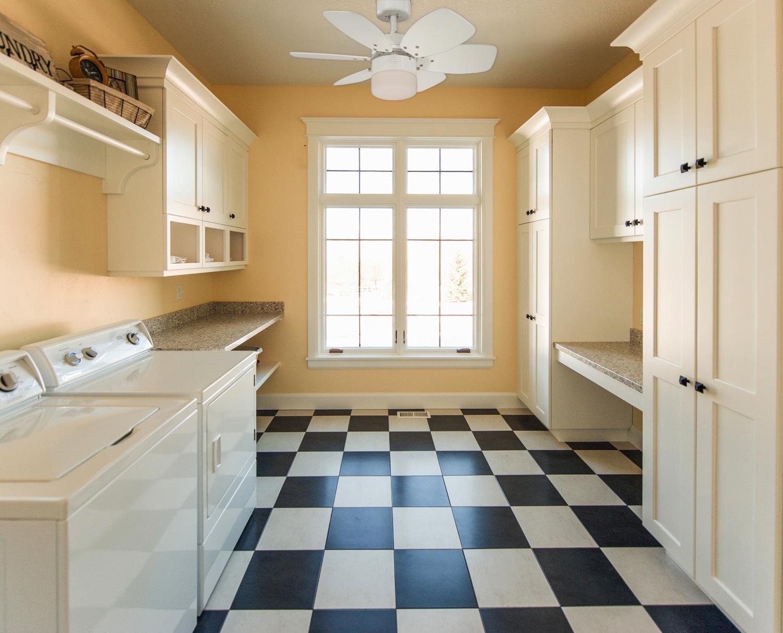 ventilateur de plafond flora royal blanc de westinghouse avec clairage ventilateurs de plafond. Black Bedroom Furniture Sets. Home Design Ideas