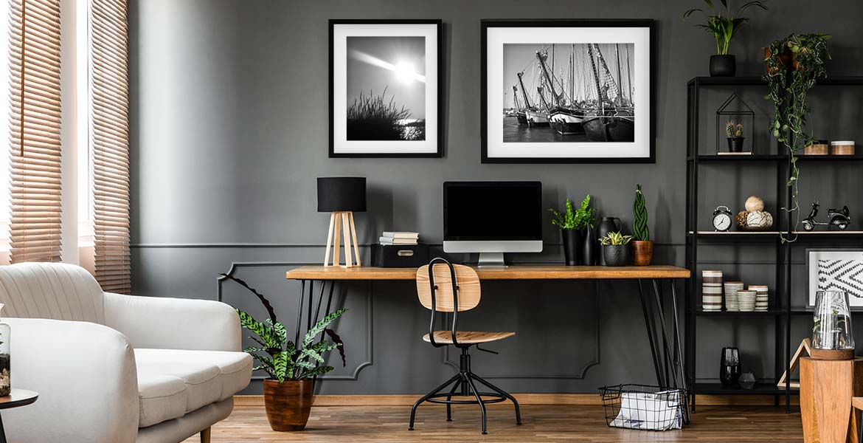 Arbeitszimmer einrichten mit schwarzen Bilderrahmen