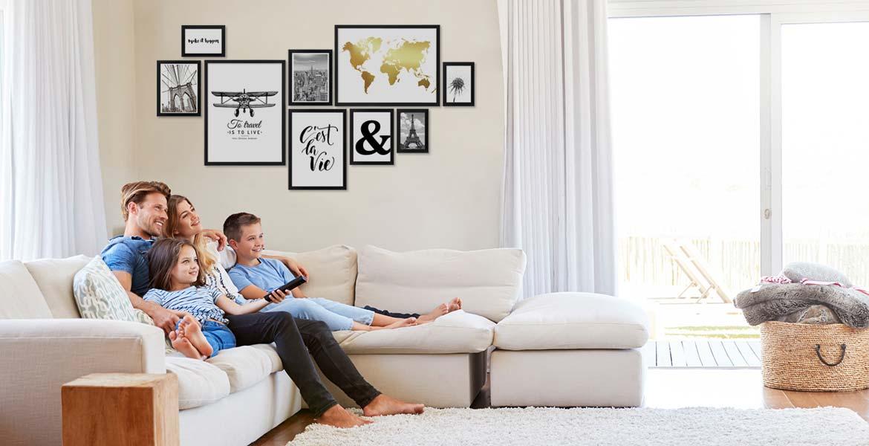 Kreative Wandgestaltung Im Wohnzimmer Mit Photolini Photolini Bilderrahmen Fotowande Poster Und Geschenke