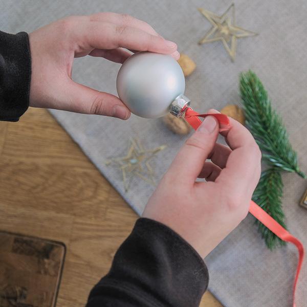 Weihnachtsdeko Christbaumkugel Band anbringen