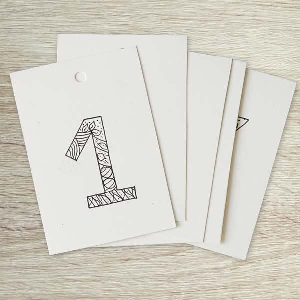 Kalender selber basteln Nahaufnahme von beschrifteten Tonpapier