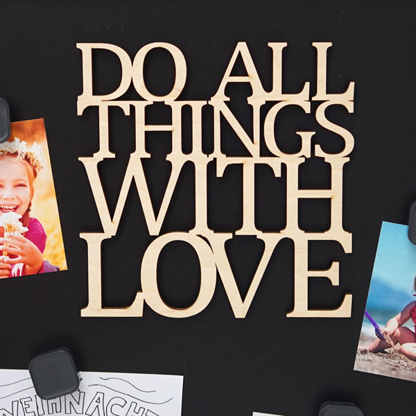 Detailaufnahme vom Spruch Do all things with love